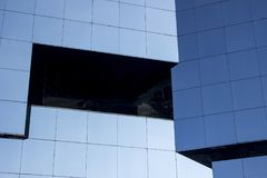 Sluit schot van een vlotte moderne muur van het glasvenster façade royalty-vrije stock afbeeldingen