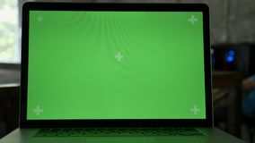 Sluit schot van laptop ` s vertoning met chromakey in modern bureau stock video