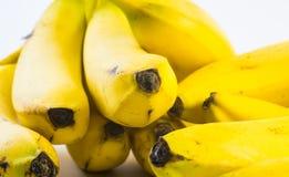 Sluit schot van stapels bananen naast elkaar op een witte achtergrond worden samengesteld die Stock Fotografie