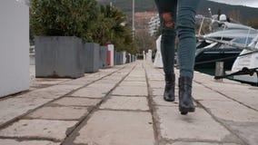 Sluit schot van vrouw met gescheurde jeansbenen in het hoge hielen lopen stock videobeelden
