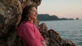 Sluit schot van vrouwengezicht op kust van meer, kijkend op landschap stock video