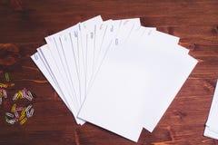 Sluit stapel van onvolledig die thuiswerk in archief met kleurrijke paperclippen omhoog wordt gestapeld stock afbeeldingen