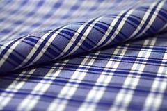 Sluit stof van het scottpatroon van de broodjesstreep omhoog de donkerblauwe en witte van Royalty-vrije Stock Foto's