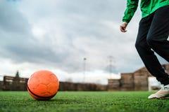 Sluit te voet omhoog het Schoppen van de Voetbalbal stock foto