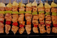 Sluit tot barbecue op vleespennen in grillfornuis Royalty-vrije Stock Foto