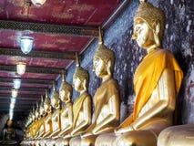 Sluit tot de gouden gezette beelden van Boedha bij gang Stock Fotografie