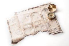 Sluit tot gouden zeevaartkompas op oude uitstekende kaart met vals eiland van Piratenschat Royalty-vrije Stock Fotografie