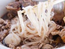 Sluit tot het bloedsoep van de bootnoedel met vleesbal, het verstand van het vleesvarkensvlees Stock Afbeeldingen
