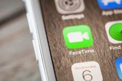 Sluit tot het videopraatje app van FaceTime op iPhone 7 het scherm royalty-vrije stock foto