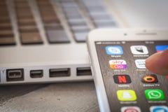 Sluit tot vinger het openen Hemel gaan app op iPhone 7 het scherm Royalty-vrije Stock Foto