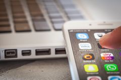Sluit tot vinger openend Amazonië Eerste Videoapp op iPhone 7 Sc Royalty-vrije Stock Afbeelding