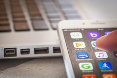 Sluit tot vinger openend Google-Spelmuziek app op iPhone 7 scr Royalty-vrije Stock Foto's