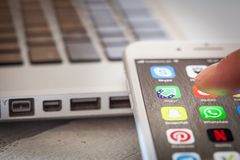 Sluit tot vinger openend Imgur app op iPhone 7 het scherm Stock Afbeelding