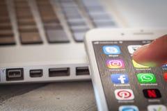 Sluit tot vinger openend Instagram app op iPhone 7 het scherm Royalty-vrije Stock Foto