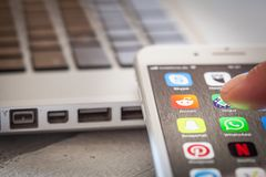 Sluit tot vinger openend Reddit app op iPhone 7 het scherm Royalty-vrije Stock Fotografie