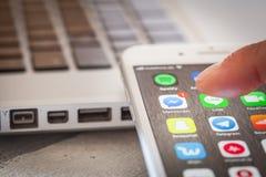 Sluit tot vinger openingsboodschapper app op iPhone 7 het scherm stock afbeeldingen