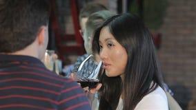 Sluit van Aziatisch meisje drinkt omhoog wijn bij de bar stock footage