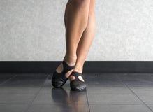 Sluit van Danser met Afgeschuinde voet in Jazz blootleggen positie Stock Foto