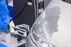 Sluit van de geavanceerd technische en nauwkeurigheids omhoog het wapen materiaalrobot met laser draagbaar 3d aftasten tijdens in stock foto's