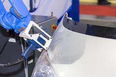 Sluit van de geavanceerd technische en nauwkeurigheids omhoog het wapen materiaalrobot met laser draagbaar 3d aftasten tijdens in stock fotografie
