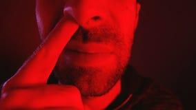 Sluit van de mens met ernstige gelaatsuitdrukkingoogsten omhoog zijn neus stock footage