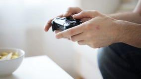 Sluit van de mens thuis overhandigt het spelen omhoog videospelletje stock video