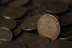 Sluit van de V.S. omhoog de stapel van één centmuntstukken stock afbeeldingen