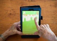 Sluit van een Bejaarde ` s overhandigt het Spelen omhoog Patience op een Tabl royalty-vrije stock afbeelding