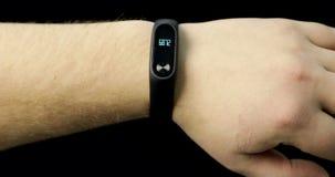Sluit van een mens aantoont omhoog slim horloge op hand stock video