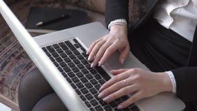 Sluit van een vrouw overhandigt omhoog het typen in haar bureau stock video