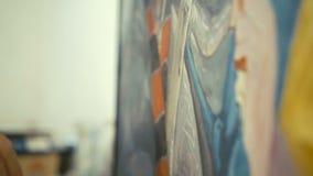 Sluit van hand van oude schilder opstelt het beeld op een canvas in 4K stock video