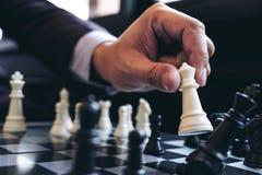 Sluit van handen omhoog zekere zakenmancollega's die schaak spelen royalty-vrije stock afbeeldingen