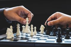 Sluit van handen omhoog zekere zakenmancollega's die schaak spelen Royalty-vrije Stock Afbeelding
