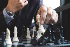 Sluit van handen omhoog zekere zakenmancollega's die schaak spelen Royalty-vrije Stock Foto's