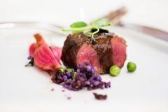 Sluit van lamskoteletten met erwt omhoog purpere aardappels Royalty-vrije Stock Foto