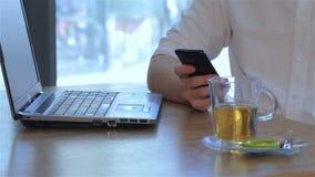 Sluit van mannelijke hand tegenhoudt smartphone stock video
