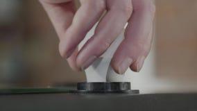 Sluit van mannelijke handschroef omhoog een lamp binnen een bol en zijn licht Hand productie De Craftmanwerken in een workshop stock videobeelden