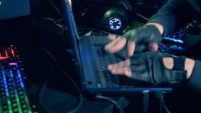 Sluit van mannetje indient omhoog leerhandschoenen typend op het toetsenbord stock footage
