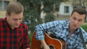 Sluit van muzikale groep uitvoert omhoog het lied in stock videobeelden
