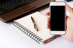 Sluit van omhoog mensen gebruikend slimme telefoon met lege mobiel en calcul Royalty-vrije Stock Afbeeldingen