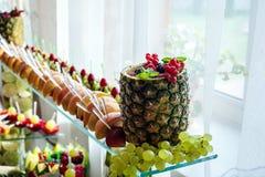 Sluit van omhoog verse vruchten op een buffet royalty-vrije stock foto