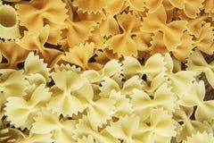 Sluit van ongekookte macaroni stock afbeelding