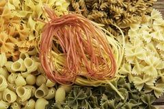 Sluit van ongekookte macaroni royalty-vrije stock afbeeldingen