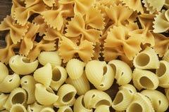 Sluit van ongekookte macaroni stock foto