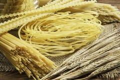 Sluit van ongekookte macaroni royalty-vrije stock foto's
