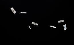 Sluit van ons omhoog dollargeld die over zwarte vliegen Royalty-vrije Stock Foto's