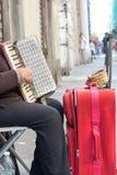 Sluit van Oude Bedelaar Woman Playng omhoog een Vuile Harmonika in de Streptokok stock foto