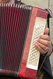 Sluit van Oude Bedelaar Woman Playng omhoog een Vuile Harmonika in de Streptokok royalty-vrije stock foto's