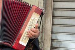 Sluit van Oude Bedelaar Woman Playng omhoog een Vuile Harmonika in de Streptokok royalty-vrije stock foto