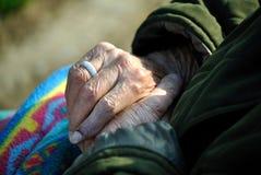 Sluit van oude vrouwenhanden Stock Foto's
